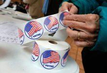 Une électrice prend un autocollant « I voted » (J'ai voté) après avoir voté à Mount Kisco, dans l'État de New York, le mardi 6 novembre 2018. (© Richard Drew AP Images)