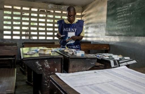 Un agent electoral arrange les bulletins de vote le 31 décembre 201 à Kinshasa, au lendemain des élections en RDC. | AFP | Marco LONGARI