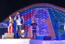 L'artiste Azaya sur scène lors de la foire artisanale à Labé