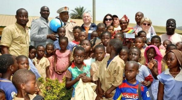 Remise de fournitures scolaires et de matériels bureautiques à Mambia et Friguiagbé