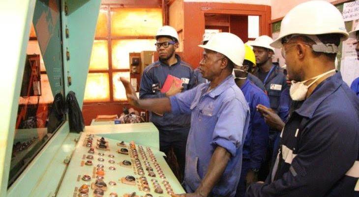 Les diplômés de la bourse RUSAL 2011 apprennent le circuit des installations de l'usine Rusal-Friguia