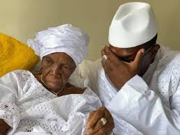Kassory Fofana avec sa maman, Hadja Nana FOFANA à son lit d'hôpital