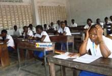 Des élèves lycéens candidats au bac dans une salle de classe