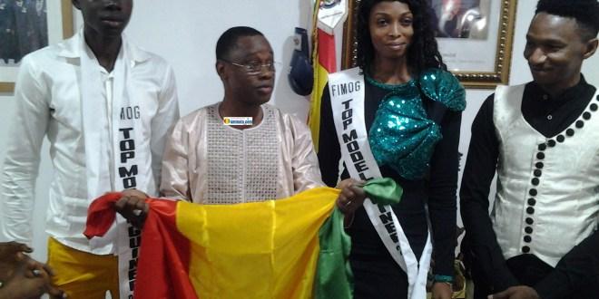 Bantama Sow avec des jeunes représentants la Guinée au Festival du Mannequinat Africain Top Model