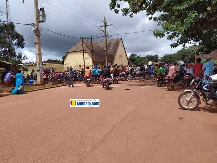 Des conducteurs de taxi-motos devant la préfecture de Labé