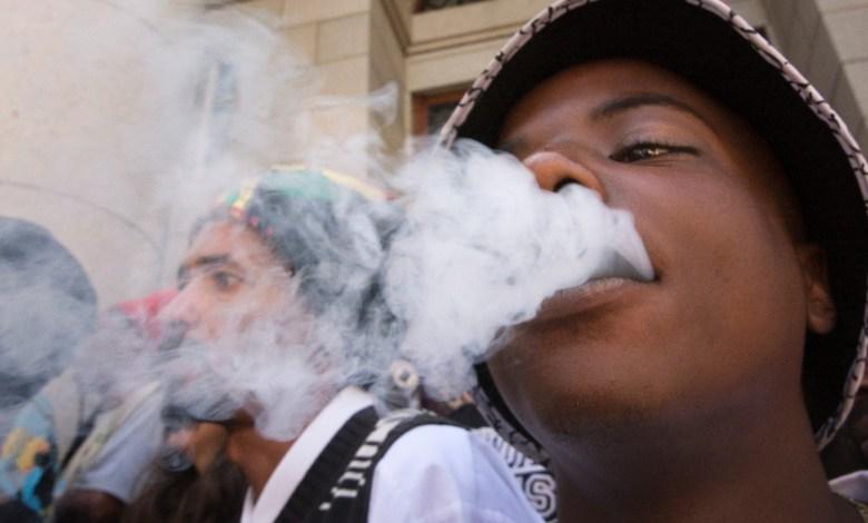 Un jeune en train de fumer de la drogue