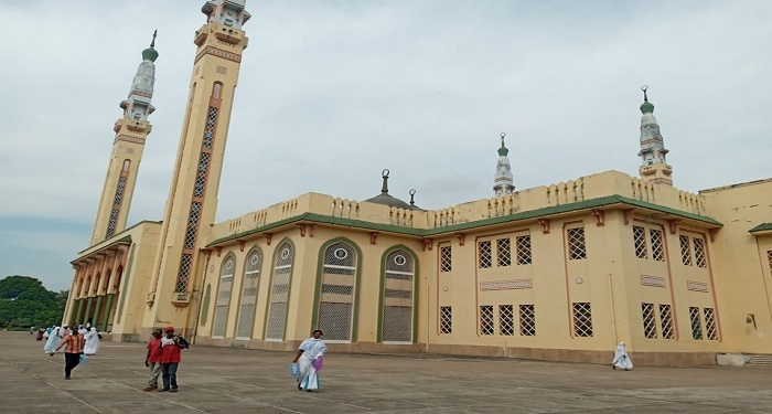 Sur l'esplanade de la mosquée Fayçal à Donka, Conakry