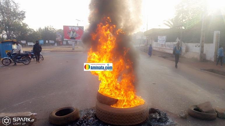Des pneus lors d'une violente manifestation à Labé