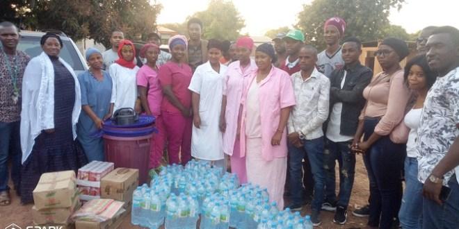 Le mouvement Osons oser offre à l'hôpital régional de Labé des packs d'eau, de cartons de savons, de cartons de jus, de la lessive et de poubelles