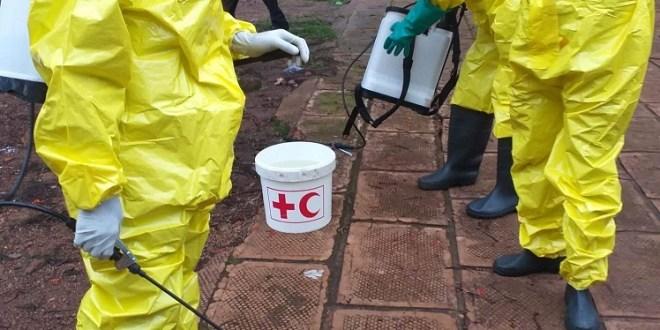 Des agents de la croix rouge en train de désinfecter le gouvernorat de Labé