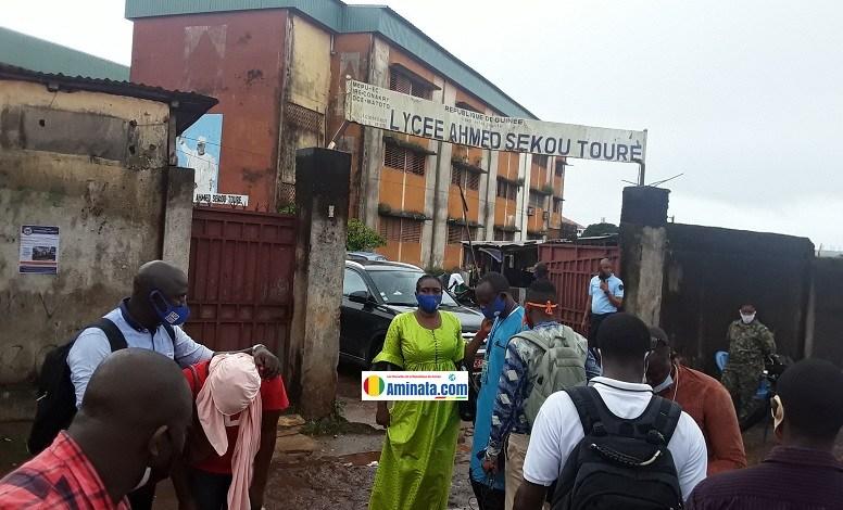 Kadiatou Bah du SLECG en train de chasser des journalistes