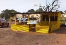 Un kiosque de couleur jaune du RPG arc-en-ciel