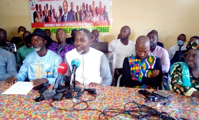 Dr. Ibrahima Sory Diallo avec des membres de la Convergence des acteurs pour la relève politique (CARP)
