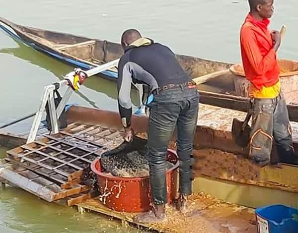 Des pirogues dans le fleuve Sarany à Mandiana