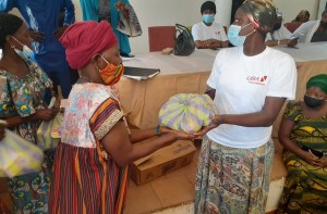 Remise de dons par la Fondation UBA Guinée aux femmes de Kaporo-rails