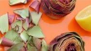 Coupez le haut de l'artichaut de 3-4 cm. Lubrifiez la tranche avec du jus de citron  pour ne pas noircir.