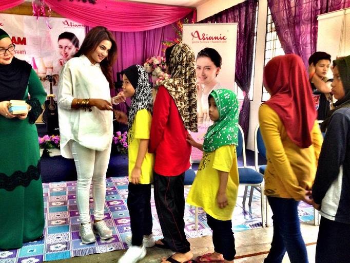 Reen Rahim menyampaikan sumbangan hari raya kepada anak-anak SBJK
