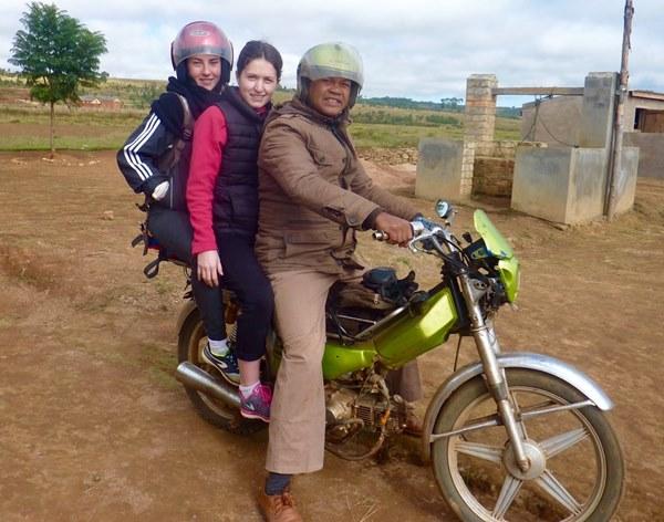 Benja conduit Julia et Louise