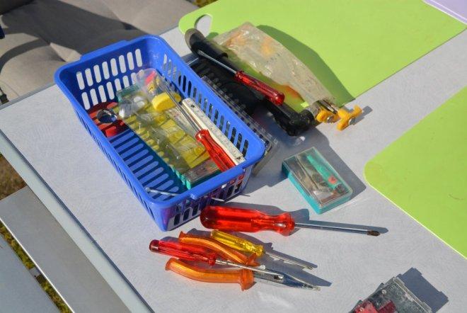 Werkzeug für die WaPu-Reparatur - die Minisicherungen sind gerade im Einsatz