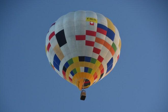 Einer von drei Ballonfahrer überquer unseren Campingplatz