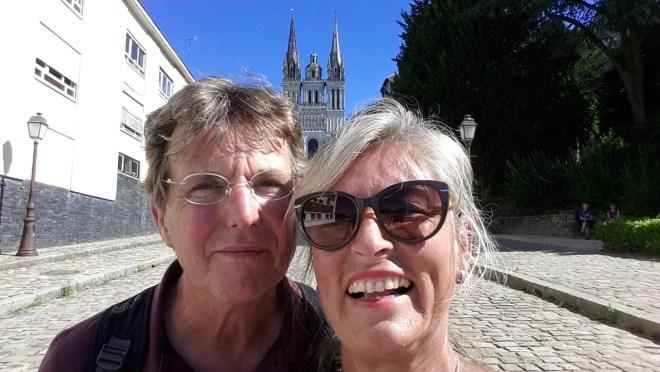 Zwei Frankfurter vor der Cathédrale Angers