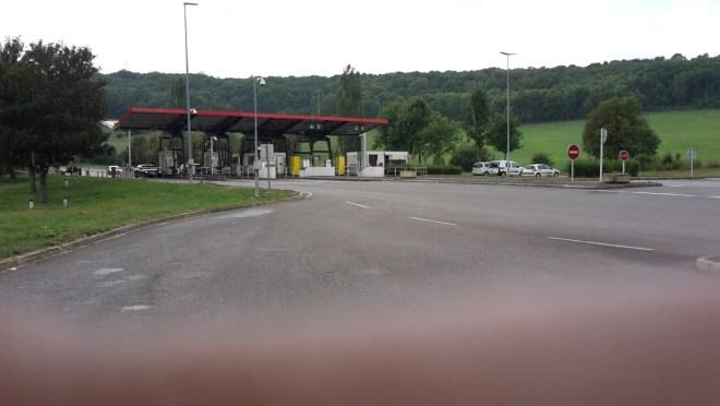 Das ist die Péage-Station, bei der wir 48 € Gebühren löhnen mussten! Sehr traurig! Sieht man auch am Regen....