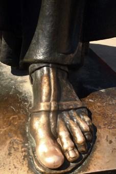 blanker Fuß Bischof Nin