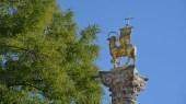 Jahrtausendsäule Brixen mit Osterlamm