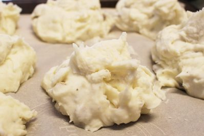Wondering, can you freeze mashed potatoes? The answer is yes, you CAN freeze mashed potatoes for fast, cheap, easy, and healthy side dish. You can freeze mashed potatoes in individual portions or in family sized containers that make dinner a breeze!