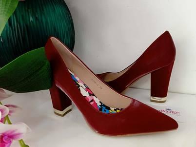 Maroon gold tip chunky heel