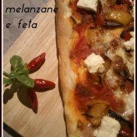 La pizza mediterranea con peperoni, melanzane e feta