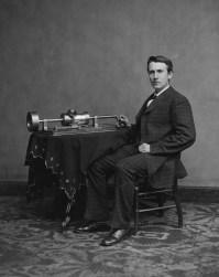 inventor Edison junto a su Fonógrafo