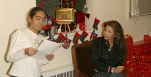 Thalia Joins Broadway Housing Project Children From The Robin Hood Foundation After School Program to Hand Out Holiday Gifts (11)