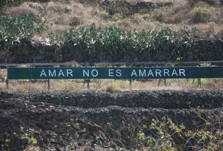 """Foto d'un cartell on hi posa """"Amar no es amarrar"""""""