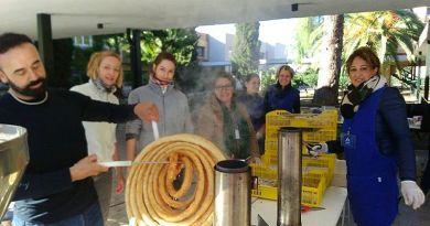 Foto pertenciente al Día de San José de Calasnaz 2017, en la que se puede ver al churrero sacando una rueda de churros, para el desayuno de chocolate con churros que ofrece el Ampa en esta festividad.