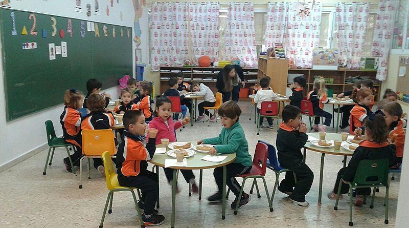 Clase de Infantil del colegio Escolapios Calasancio Hispalense, celebrando el Día de San José de Calasanz con un desayuno de chocolate con churros, organizado por Ampa Escolapios Sevilla.