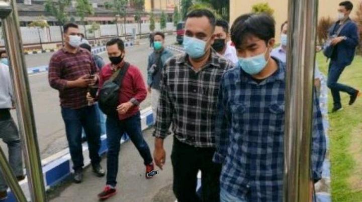 Korban penganiayaan, jurnalis Tempo Nurhadi (baju biru) menuju RS Bhayangkara Surabaya untuk visum. [Suara.com/Dimas Angga P]