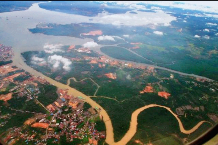 Ilustrasi pemandangan wilayah Kalimantan Timur dilihat dari udara Foto :Indonesia Report