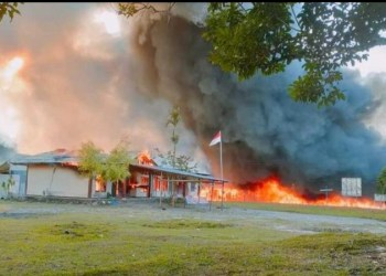 Kantor KPU Yalimo dibakar massa setelah MK mendiskualifikasi kepesertaan pasangan Erdi Dabi-Jhon Wilil dari Piloada Yalimo 2020,Yalimo, Papua, Selasa (29/6/2021)(Istimewa)
