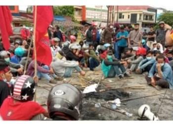 Pembakaran bendera PDIP dan Kadin di Kendari /telisik.id