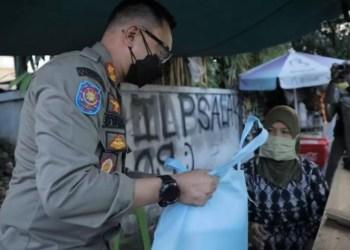Satpol PP Kota Bogor viral di media sosial, dikira mau merazia, ternyata bagikan paket sembako ke pedagang kaki lima. /Tangkapan Layar Instagram.com/@satpolpp_kotabogor/