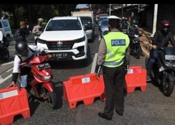 Pengendara motor mencoba melewati barrier saat diberlakukan penyekatan pembatasan mobilitas masyarakat pada PPKM Darurat di wilayah perbatasan menuju Jakarta di Jalan Raya Lenteng Agung, Jakarta, Sabtu 3 Juli 2021. Polisi melakukan penyekatan di 63 titik wilayah di Jadetabek untuk membatasi mobilitas warga saat pemberlakuan pembatasan kegiatan masyarakat (PPKM) Darurat di Jakarta yang akan berlangsung hingga 20 Juli 2021 mendatang. ANTARA FOTO/Indrianto Eko Suwarso