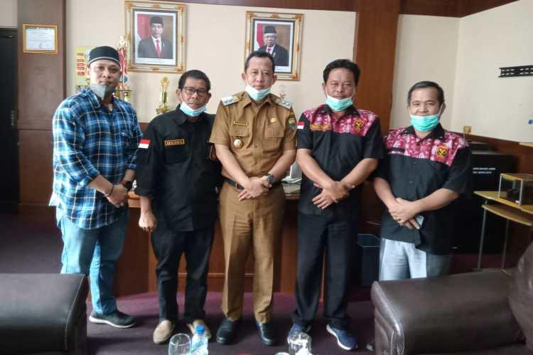 Perwakilan pengurus HWSB foto bersama Wabup Bambang Bayu Suseno diruang kerjanya, Selasa(14/9/2021)