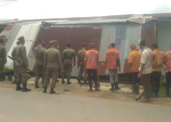 Anggota satpol PP kota Jambi saat melakukan pembongkaran rumah warga/foto; Ichsan/ampar