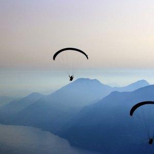 Parachute dans les montagnes sur murale imprimée sur vinyle autocollant