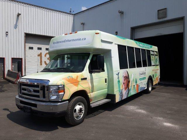 Lettrage d'autobus avec vinyle perforé