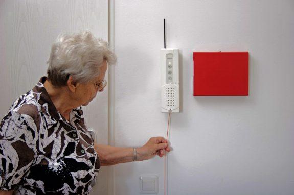 Notrufsystem an der Wand für die Sicherheit unserer Senioren