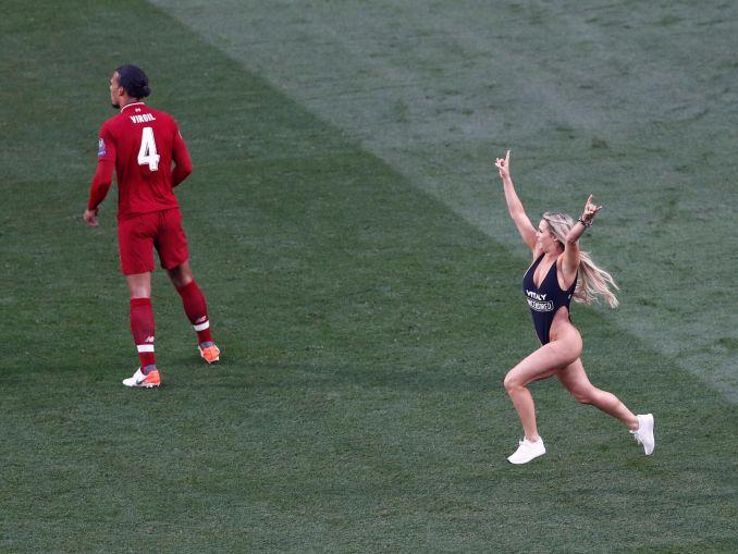c0a5139c6a77 Fotos) Mujer en vestido de baño salta a la cancha en final de ...