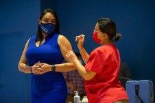 Vacunación de segunda dosis a la directora Priscilla Herrera. Foto: Ministerio de Salud