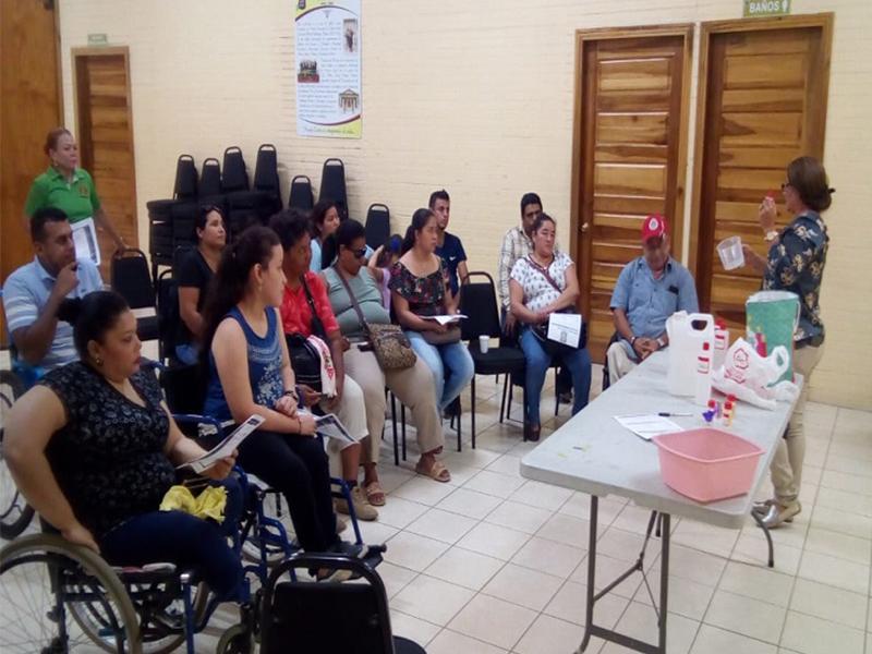 Imparten Taller a personas con discapacidad para elaborar desinfectantes.